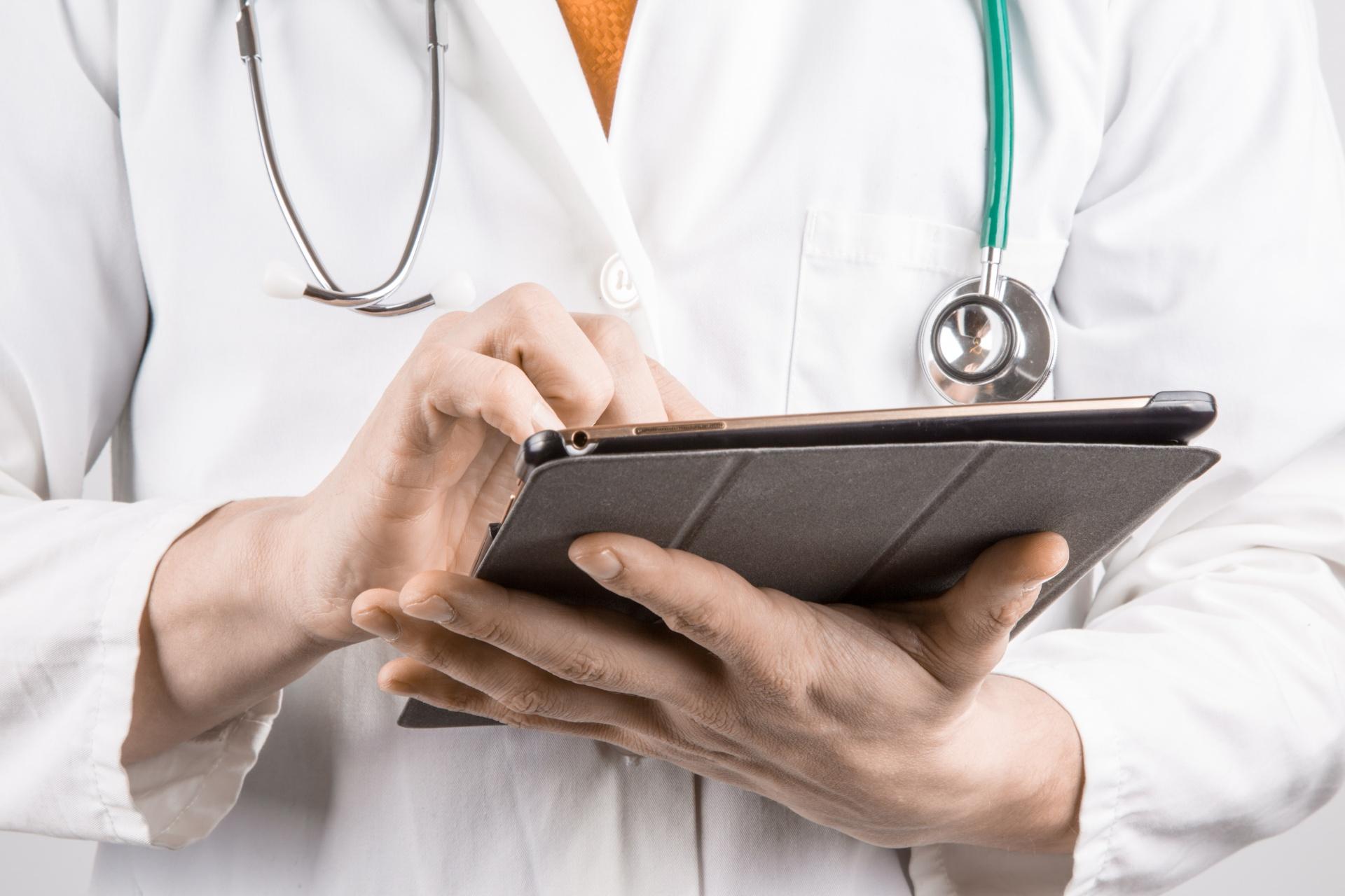 file/ELEMENTO_NEWSLETTER/20083/sanita_doctor-with-tablet.jpg