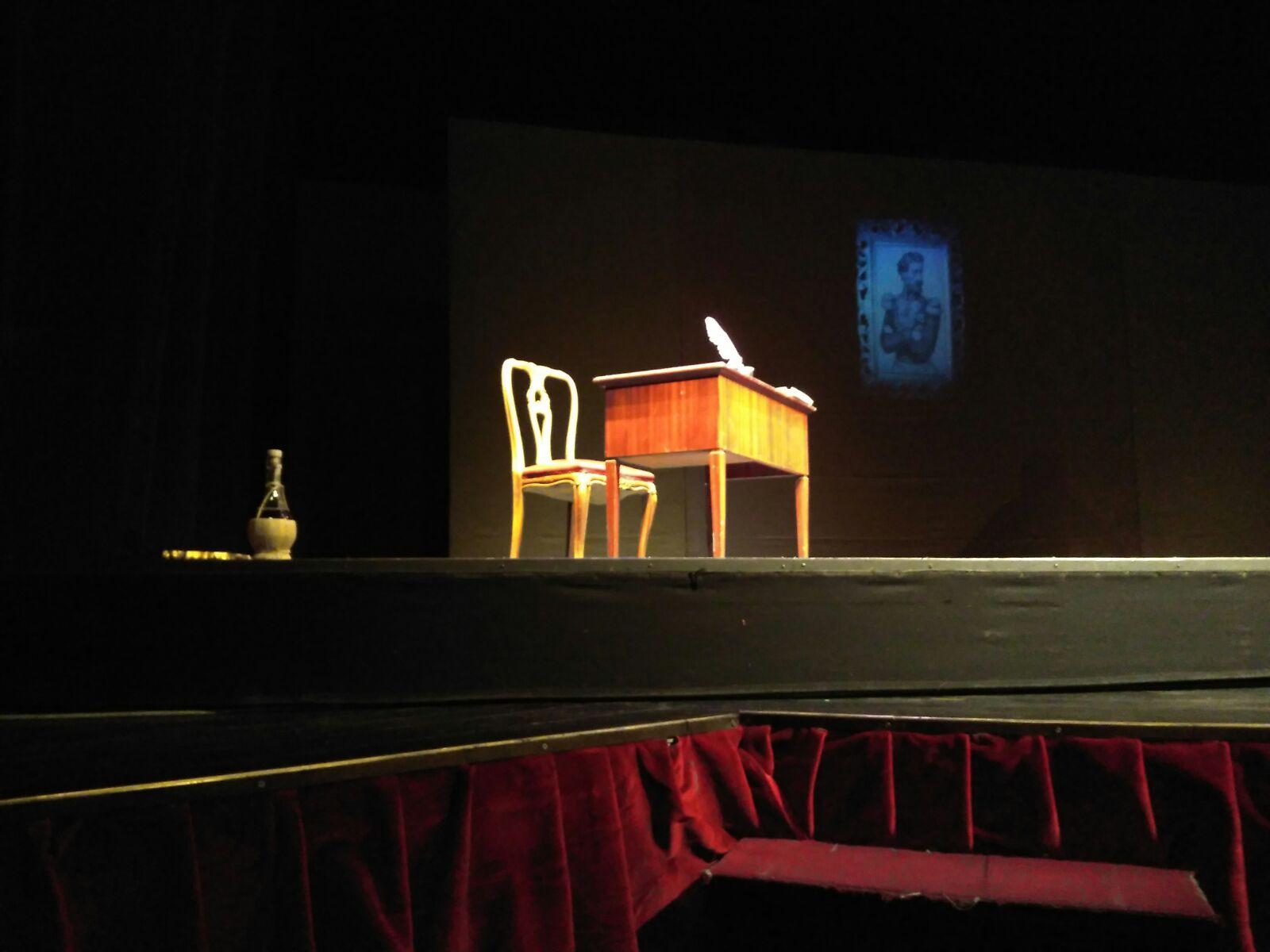 file/ELEMENTO_NEWSLETTER/23210/palcoscenico-con-scrittoio-e-sedia.JPG